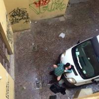 Sesso in strada in pieno giorno, la denuncia corre in rete