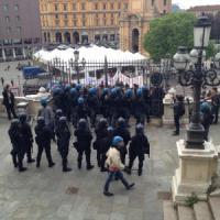 Renzi a Bologna, città blindata. Dai collettivi uova e insulti alla polizia