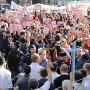"""Bologna, il Pd contro gli antiabortisti: """"Il prefetto vieti la preghiera davanti all'ospedale"""""""