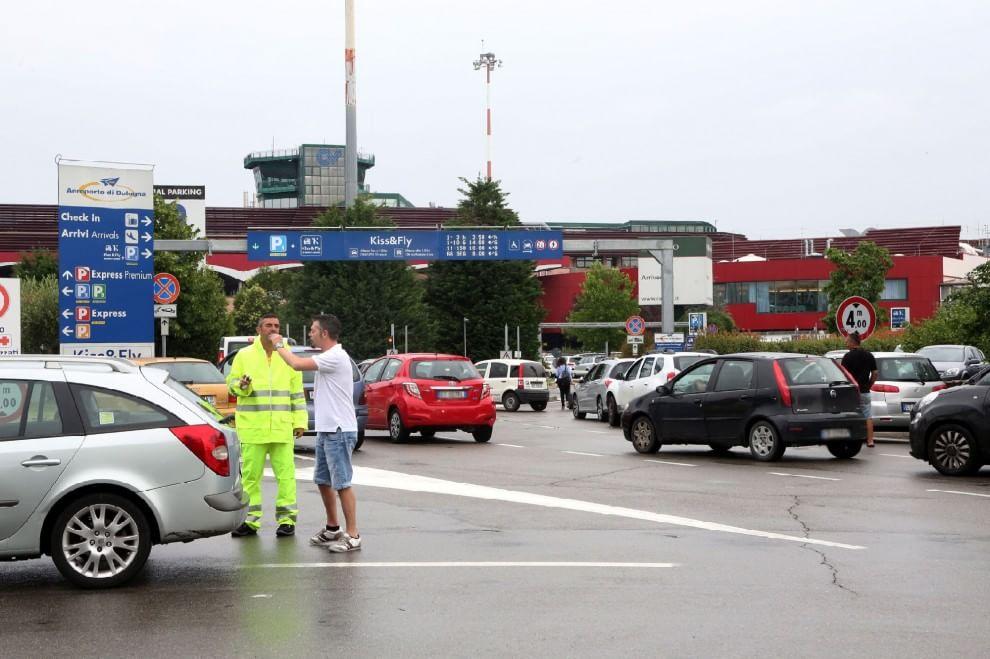 Aeroporto: parcheggi pieni, caos auto
