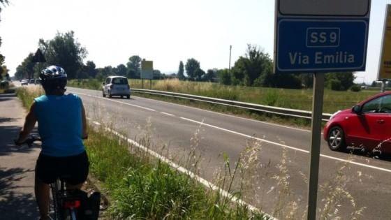 """""""Vogliamo la ciclabile della via Emilia"""". Il tour in bici verso Expo"""