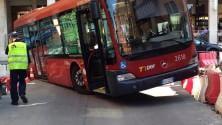 Disavventura per il bus la ruota in una buca