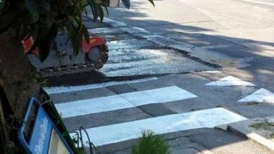 Ravenna: prima dipingono le strisce pedonali, poi asfaltano la strada