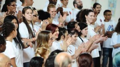 Il carcere Dozza come un teatro /  le foto   si paga il biglietto per il canto dei detenuti