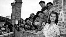 """Quella foto della Loren nel '54. Il Comune:  """"Vi riconoscete?"""""""