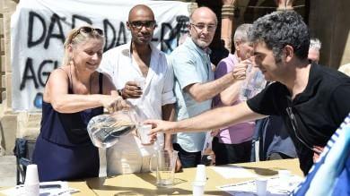 """""""Diamo da bere agli assetati""""  Foto   per tutti l'acqua del sindaco"""