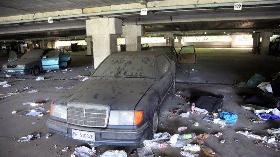 Giuriolo, parcheggio di rottami e ostello per disperati
