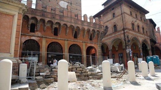 """""""Che scempio"""". Bologna, Italia Nostra attacca i pilastrini sotto le Due Torri"""