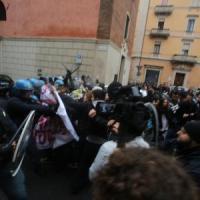 Corteo studentesco, scontri tra studenti e polizia