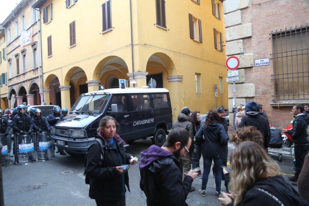 Sgombero in via Solferino, tensione fra polizia e attivisti di Làbas