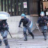 Sgombero all'ex Telecom di Bologna, giornata di grande tensione