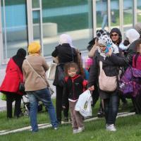 Bologna, sgombero dell'ex Telecom: le prime donne e bambini portati fuori dalle forze dell'ordine
