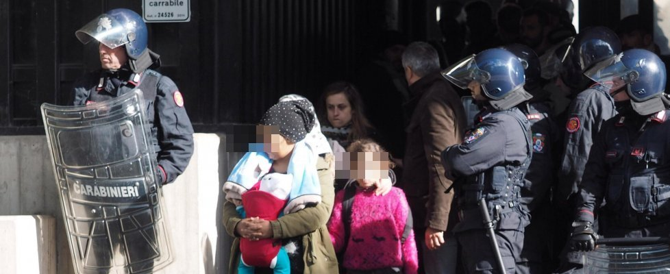 Maxi occupazione a Bologna, sgomberate donne e bambini