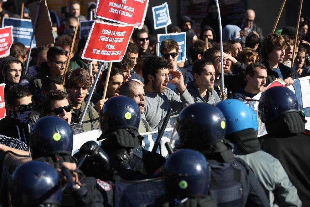 Salvini a Bologna, scontri polizia-manifestanti