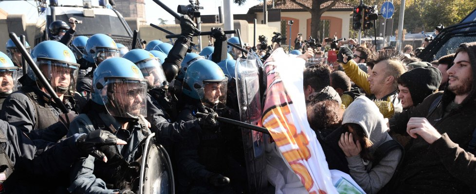 Salvini a Bologna, scontri antagonisti-polizia: fermati e feriti