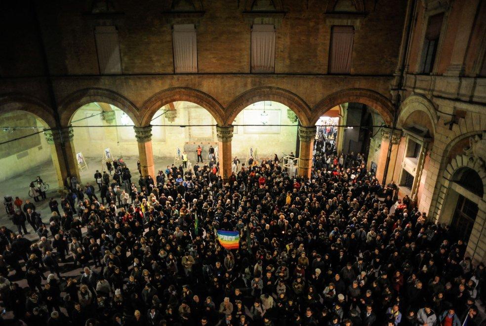 Parigi sotto attacco, a Bologna in centinaia a invocare la pace