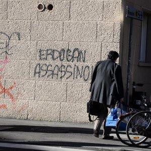 A Bologna scritte contro Erdogan davanti all'università americana frequentata dal figlio