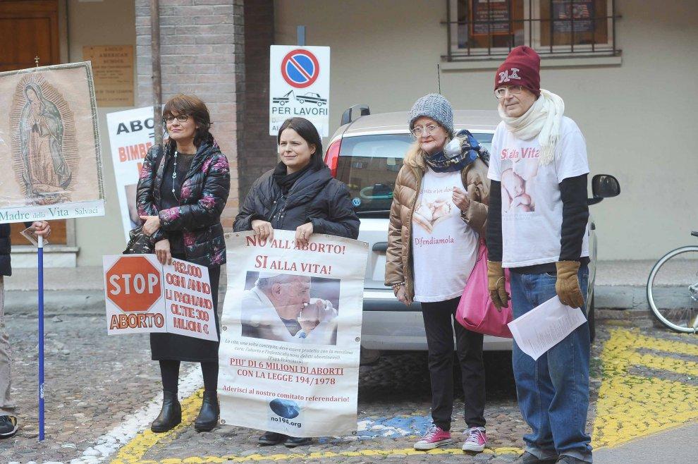 """Gli antiabortisti ci riprovano: """"Conquistiamo Bologna"""". Ma sono in 40"""