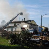Il capannone distrutto dall'esplosione nel poligono di tiro in provincia di Ferrara