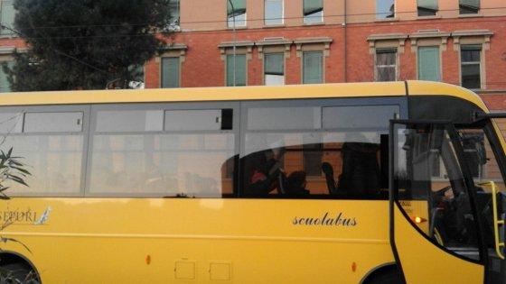 Bologna, automobilista assalta scuolabus con una catena
