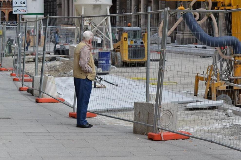 Bologna per gli anziani: ecco la Umarèl card per seguire i cantieri in prima fila