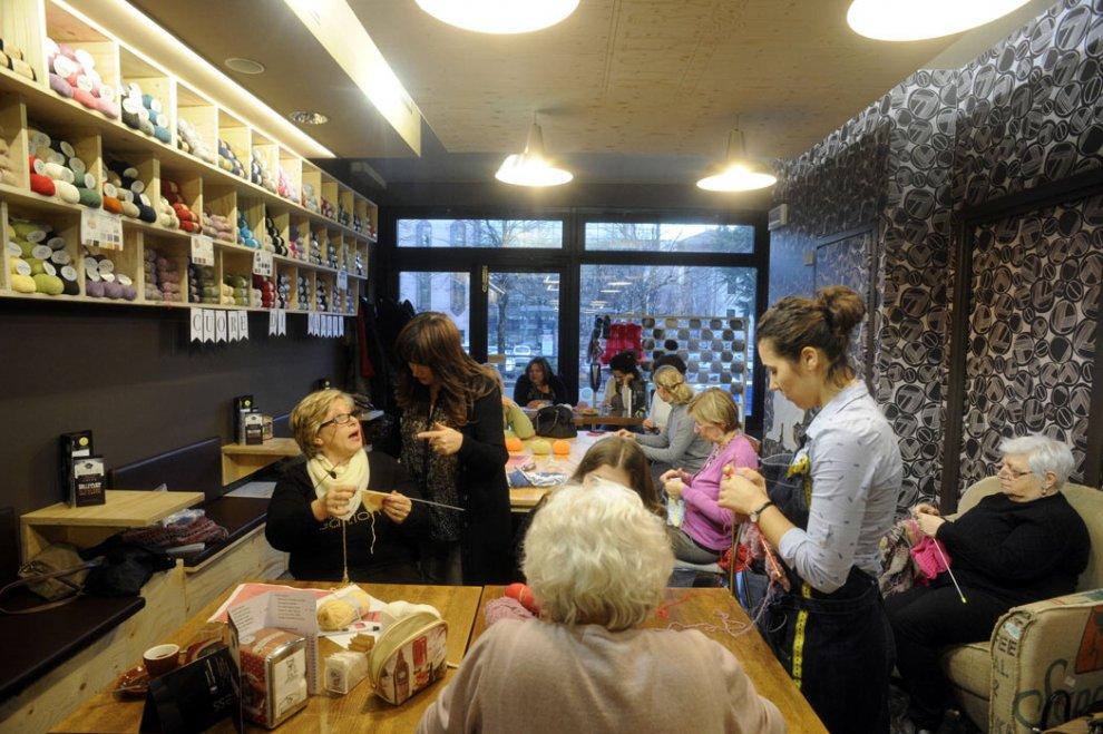Un caffè e due gomitoli, grazie. Reggio Emilia, il bar dove si impara a lavorare a maglia