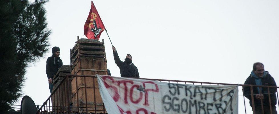 """Bologna, sgombero alle ex scuole Ferrari. Gli occupanti: """"Sapevamo che sarebbe stato oggi""""  (foto - video)"""
