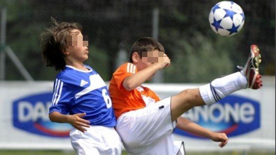 Calcio giovanile, dà una gomitata all'avversario e gli frattura la mandibola