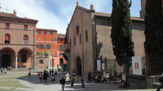 """""""Questa piazza non è un parcheggio"""": Bologna, il Comune stoppa i frati di Santo Stefano"""