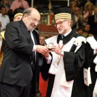 Bologna perde Umberto Eco, il suo illustre professore. Ai funerali la toga dell'Alma Mater
