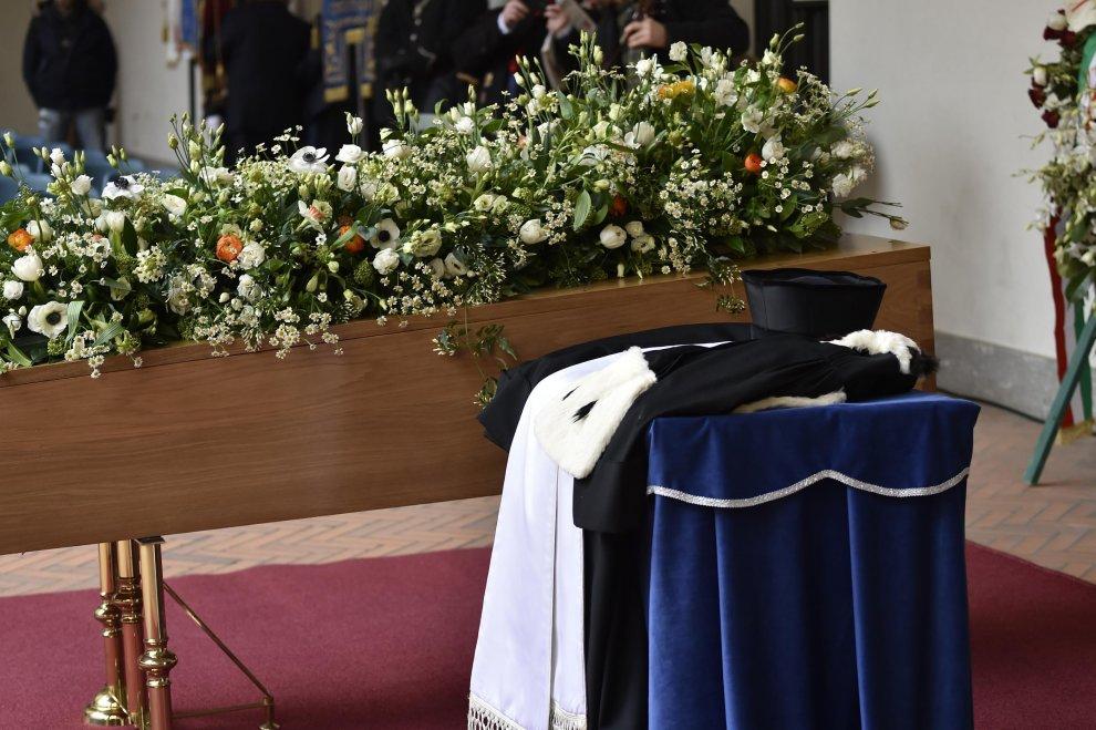 La toga dell'Alma Mater di Bologna ai funerali di Umberto Eco
