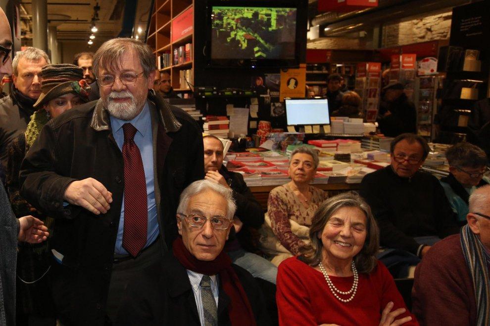 Panebianco all'Ambasciatori: applausi e l'abbraccio con Prodi