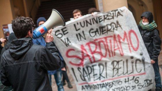 Bologna, gli studenti occupano Scienze politiche. Panebianco sotto tutela