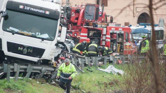 Bologna, auto contro camion: i ragazzi morti sono tre
