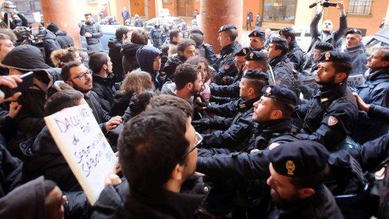Bologna, l'Anno accademico apre nel segno di Umberto Eco. Tensione collettivi-polizia
