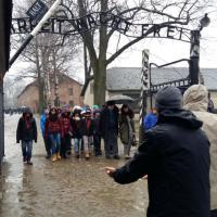 Guccini con gli studenti entra ad Auschwitz