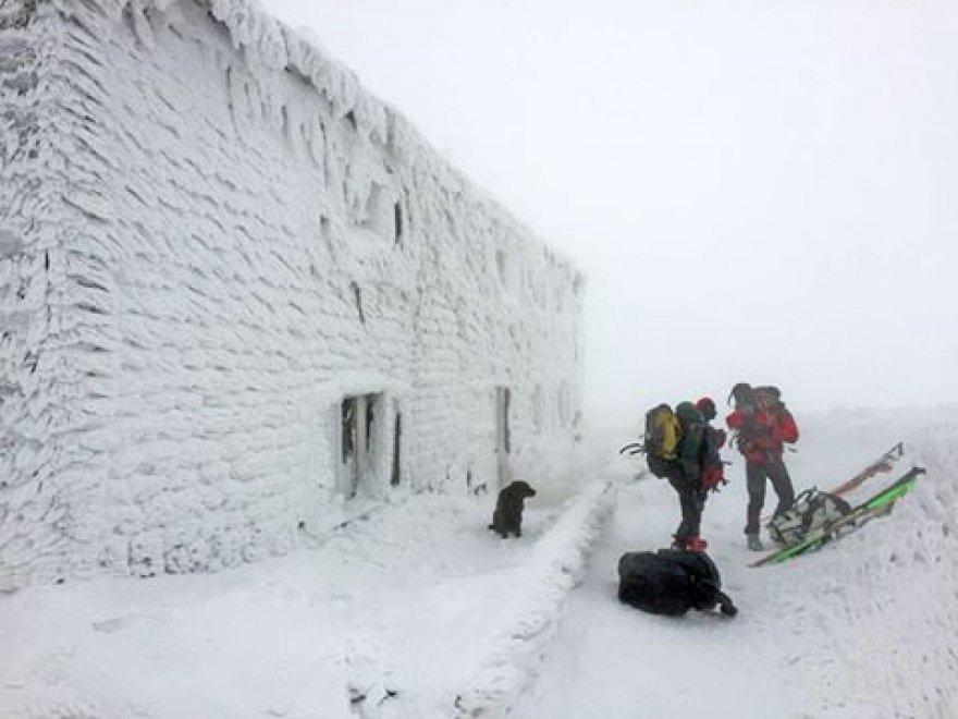 Sembra la Siberia, invece è l'Appennino emiliano: il rifugio è un blocco di neve e ghiaccio