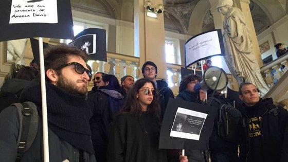 Bologna, ancora una contestazione a Panebianco. Arrivano gli agenti in tenuta antisommossa