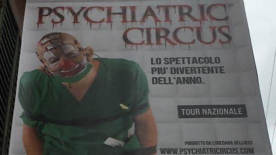 Bologna, psichiatri e famiglie contro il clown bloccato da una camicia di forza