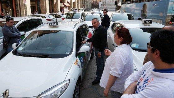 Tassista preso a bastonate e rapinato a Bologna