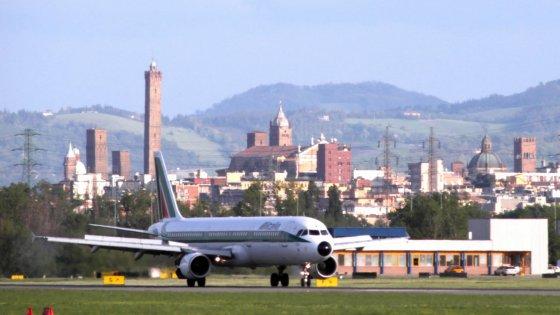 Aeroporto di Bologna, un pomeriggio di disagi: voli sospesi per un problema alla pista