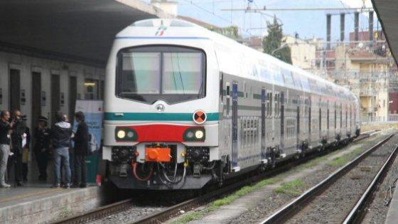 Tenta di salvare il cane dal treno: è tragedia