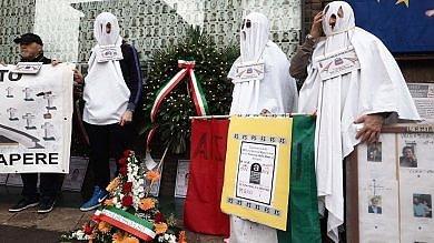 Amianto, a Bologna sfilano gli operai fantasma per denunciare la strage -   foto
