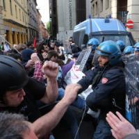 Bologna, tensione e cariche della polizia per lo sgombero di una palazzina (foto, video)