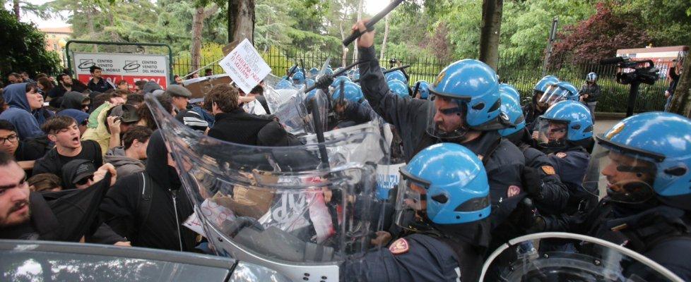 Salvini a Bologna, scontri e cariche al corteo dei collettivi. Strappati i libri del leghista