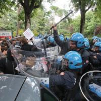 Salvini a Bologna, scontri e cariche al corteo dei collettivi. Strappati i libri del...