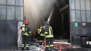 """Incendio in fabbrica di vernici  Foto  """"Nube di fumo, tenete chiuse le finestre"""""""