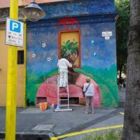 Bologna, Gutierrez ritocca il suo murales in Cirenaica sfregiato da ignoti