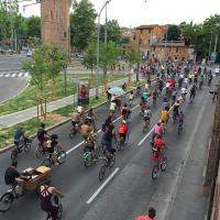Bologna, la parata dei ciclisti lungo i viali