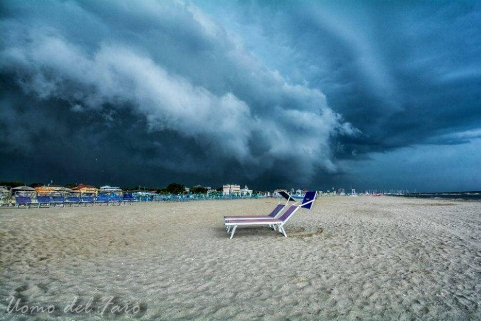 Cervia, molto più che maltempo: grandine in spiaggia e cielo da Independence day